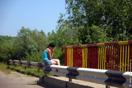 Девушка на мосту в Тагино