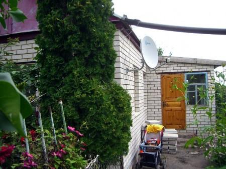 Надежда ведет свое обширное приусадебное хозяйство и перестраивает сейчас дом, воздвигнутый ее отцом более 50 лет назад