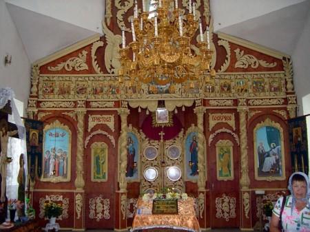 В последние годы здесь воздвигнут весьма неплохой каменный храм с прекрасным иконостасом