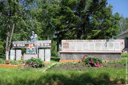 Справа от воинского захоронения находится памятная доска с фамилиями земляков-односельчан, погибших в годы Великой Отечественной.