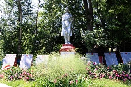 Расположение мемориальных плит на воинском захоронении в селе Тагино Глазуновского района Орловской области