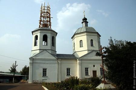 Церковь Рождества Пресвятой Богородицы стоит в лесах: уже несколько лет идёт реставрация.