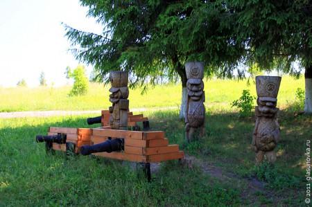 Фигурки из дерева у истока Оки.