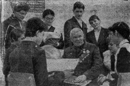 В гостях у учащихся Глазуновской средней школы ветеран партии, участник Великой Отечественной войны.