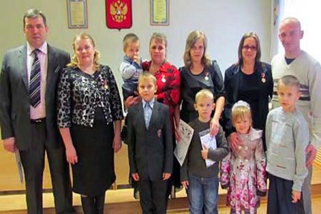 На церемонии награждения многодетных семей дипломами за подписью губернатора Орловской области с вручением памятных медалей «Многодетная семья Орловской области».
