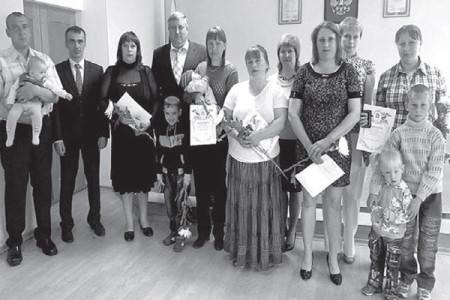В Глазуновском районе ежегодно проходят чествование и награждение многодетных семей.