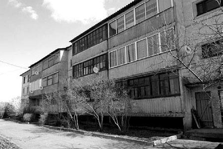 В поселке Веселом, что располагается на территории Тагинского сельского поселения, стоит трехэтажный дом.