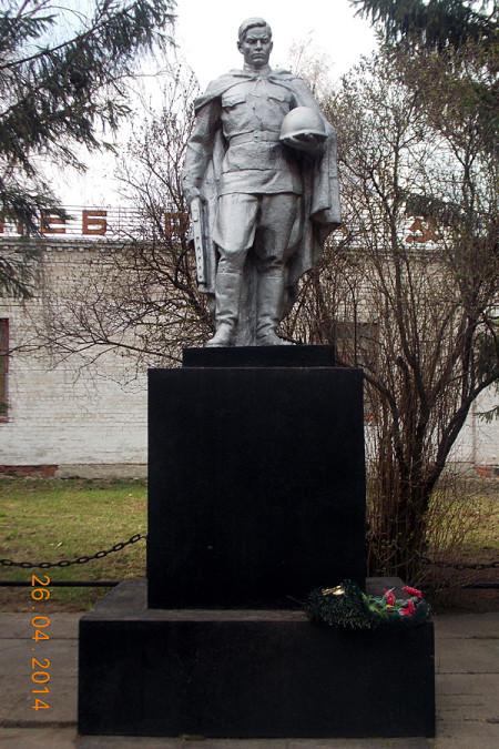 Памятник на воинском захоронении в деревне Новополево.