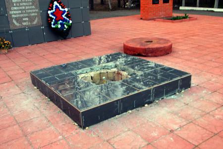 Ремонт Вечного огня у братского захоронения в Глазуновке.