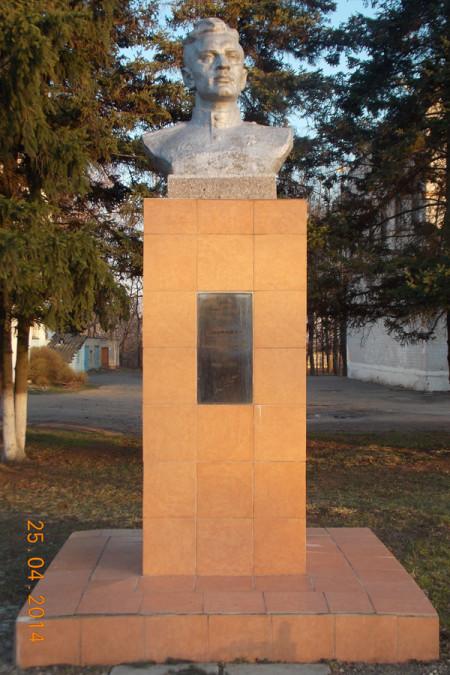 Бюст Виктораса Яценявичуса в Глазуновке Орловской области.