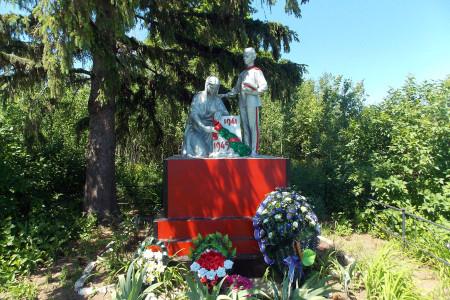Воинское захоронение в деревне Александровка Глазуновского района Орловской области, памятник.