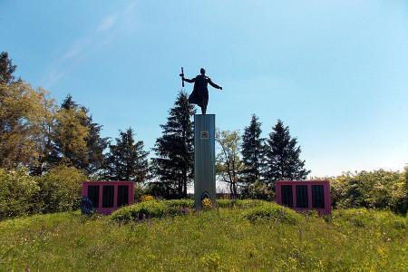 Памятник воинам 410-го стрелкового полка 81-й стрелковой дивизии, принявшим бой на этом рубеже в июле 1943 года в деревне Хитрово Глазуновского района Орловской области. Общий вид.