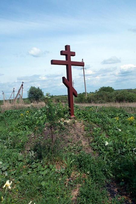 Крест у дороги к роднику на улице Заводская в Глазуновке.