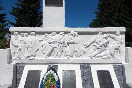Центральная часть барельефа памятника 108 воинам-односельчанам, павшим на фронтах Великой Отечественной войны 1941-1945 годов, в Васильевке Глазуновского района Орловской области.
