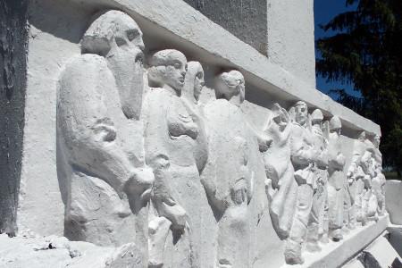 Правая часть барельефа памятника 108 воинам-односельчанам, павшим на фронтах Великой Отечественной войны 1941-1945 годов, в Васильевке Глазуновского района Орловской области.
