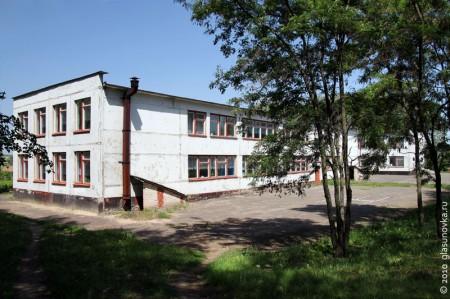 Гремячевская школа двухэтажная. Рассчитана изначально была на 580 учеников (уточняется).