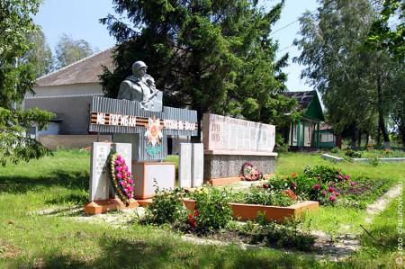 Общий вид воинского захоронения в деревне Гремячево Глазуновского района Орловской области