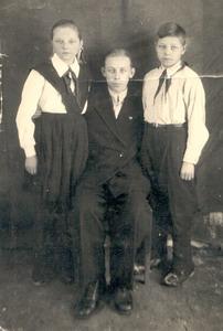 Валентина, Леонид и Анатолий Черенковы. Глазуновка. 1953 г.