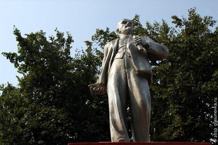 Памятник В. И. Ленину в Глазуновке Орловской области