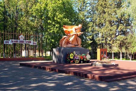 Памятник воинам 13 армии и 16 Литовской стрелковой дивизии, погибшим на территории Глазуновского района. В 2015 году памятник был отреставрирован, вечный огонь подвергся серьёзной реконструкции.