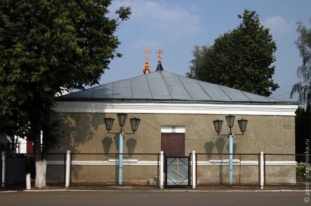 На переднем плане временная церковь. Далее будет её же снимок со стороны храма.