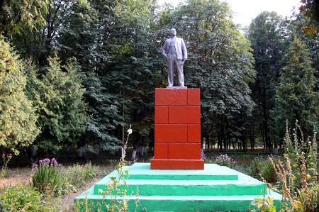 Общий вид памятника Ленину в п. Техниковском Глазуновского р-на