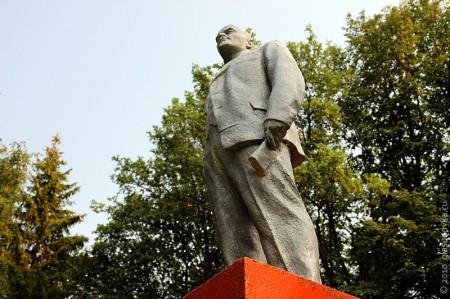 Ленин в Глазуновском техникуме выглядит прекрасно: начищен, блестит, в руке целая книжка