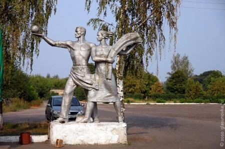 Памятник рабочему и колхознице в Глазуновке