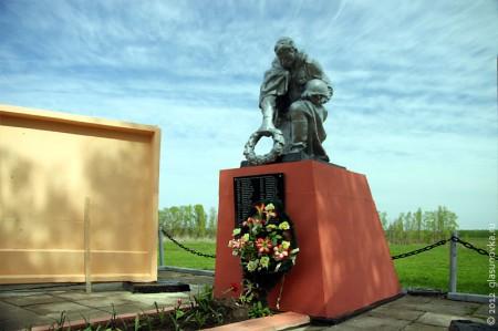 Воинское захоронение в Панская Глазуновского района, памятник.
