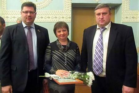 Галина Воронкова получила награду из рук главы района Сергея Шамрина и депутата областного совета Александра Семкина.