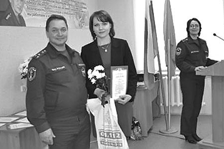 Главному редактору издания Елене Денисовой были вручены диплом и подарок.