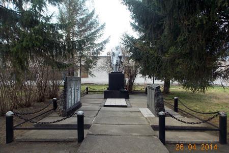 Воинское захоронение в деревне Новополево Глазуновского района, общий вид.
