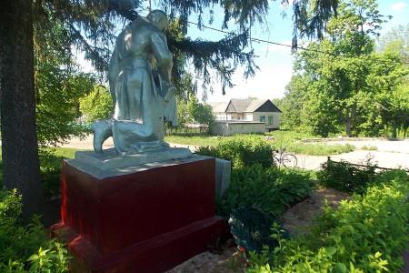 Воинское захоронение в селе Ловчиково Глазуновского района Орловской области, вид сзади.