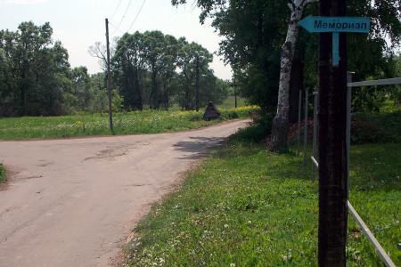 Братская могила в деревне Сабурово Глазуновского района Орловской области: указатели на пути.