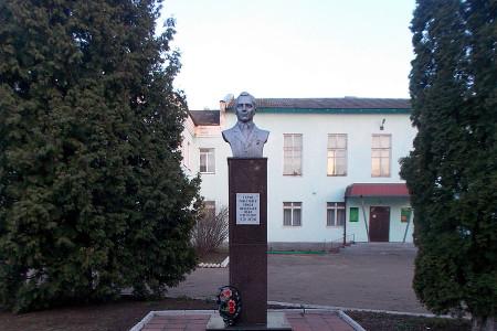 Бюст Похлебаеву Ивану Григорьевичу в Глазуновке Орловской области.