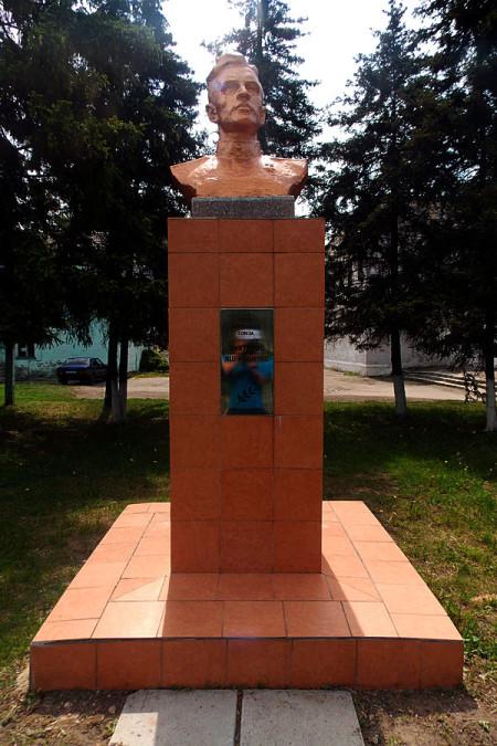 Бюст Виктораса Яценявичуса в Глазуновке Орловской области. Май 2015 года.