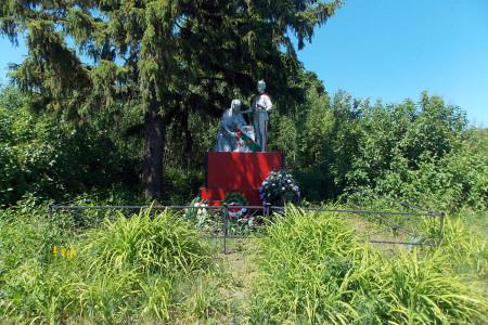 Воинское захоронение в деревне Александровка Глазуновского района Орловской области, общий вид.