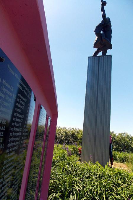Памятник воинам 410-го стрелкового полка 81-й стрелковой дивизии в деревне Хитрово Глазуновского района Орловской области. Вид сбоку.