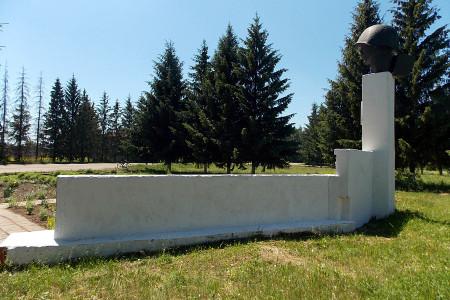 Памятник 108 воинам-односельчанам, павшим на фронтах Великой Отечественной войны 1941-1945 годов, в Васильевке Глазуновского района Орловской области.
