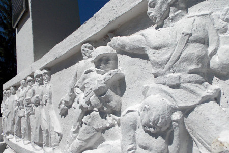 Левая часть барельефа памятника 108 воинам-односельчанам, павшим на фронтах Великой Отечественной войны 1941-1945 годов, в Васильевке Глазуновского района Орловской области.